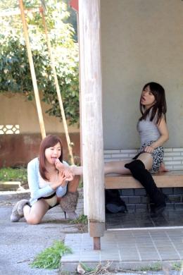 【足指舐めレズ】 蒸れ蒸れの足を乾かすために、玄関についている小窓から足先を出すツバキ。蒸れ臭に引き寄せられた美人系お姉さんの綾子が、臭いを嗅ぎ足指を舐める。今度はこっちが舐めてもらう番といわんばかりに、綾子も足を差し出す。 加藤ツバキ(シルバートップ)/加納綾子(ブルーカーディガン)