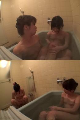 """【やさしいママと甘えんぼうな娘「""""一緒に入ろ❤""""」(金曜日)】 """"ゆっくりと湯船に入るが、さっき叩かれたお尻が痛くて、「いっ・・・たあい・・・」と痛そうな表情でお風呂に浸かる娘。ちょっとうつむいているところに、ママが入ってくる。 ママ「・・・奈美、たまには一緒に入ろ」 奈美「・・・うん!」 一緒に仲良く入って色々な話をする。お風呂に入るとおしっこしちゃう娘。恥ずかしそうにしながら、ママはそれを見て、それを笑いながら怒る娘。奈美「先に上がってるね」 ママ「そう、ママもうちょっと入ってるわね」""""  加藤ツバキ・若月まりあ"""