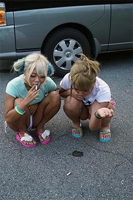 【ギャルの路上唾吐き溜め】 ギャル2人組が路上に唾を吐いて溜めていく。ギャルの唾液が次々とアスファルトの地面に吐き捨てられていくフェティッシュな映像です。 丸山れおな(写真左)・NOA(写真右)