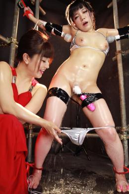 【【リクエスト】くすぐり絶頂おもらしレズ拷問 咲羽優衣香 久我かのん】 手足をロープで繋がれたカノンの元に現れる謎の女「優衣香」。優衣香はカノンの身体を弄ぶようにイジメ抜き、くすぐりで悶絶させていく。様々な器具を使った優衣香のくすぐりメニューはカノンの理性を崩壊させてしまい、過敏な身体になったカノンは優衣香に何度もイカセられてしまう。