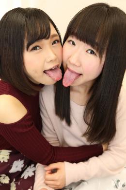 【自己紹介&相互舌観察濃密絡み合い唾液レズ接吻 優保なのか 熊野あゆ】 初対面のフレッシュな顔ぶれの優保なのかちゃんと熊野あゆちゃん!こんなに可愛らしい二人なのですが、実は二人ともとっても長~い卑猥なベロの持ち主なんです!なのかちゃんは変幻自在で常に唾液がヌメヌメ光る卑猥ベロ、あゆちゃんはとにかく長くて分厚い業界屈指の蛇舌!!この二人の可愛らしくもエッチで卑猥なレズベロキスをご堪能ください!!! 【白虎監督作品】