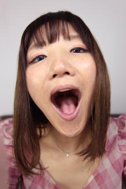 【主観口臭嗅がせ 佐々木ひなこ】 スレンダー美人の佐々木ひなこちゃんが主観で口臭を嗅がせてくれます!思いっきり口を開けて息を吐き掛けられ、ひなこちゃんの口臭を受け止めている感覚になります!至近距離でエンドレスで嗅がせてくれるので勃起を誘発します!実際にひなこちゃんが目の前にいるようです!口の中まで丸見えの状態で、色んな角度からの口臭責めに悶絶してしまうこと間違いなしです!【mad dog監督作品】
