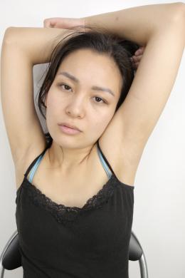 【腋観察 なをり】 綺麗なお姉さん、なをりちゃんの腋をじっくり観察していきます!腋の処理が甘いから恥ずかしい!見せたくない!!と抵抗するなをりちゃんの腋にズームアップ!観念したかのように腋を見せてくれるなをりちゃんですが、全然綺麗なつるつる美腋です笑 腋フェチの方々はジョリ腋派とつるつる美腋派に分かれますが、どちらもエロいですよね~!!なをりちゃんのような綺麗なお姉さんの美腋の匂いをたっぷり嗅いでみたいものですね!!!