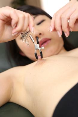 【乳首オナニー 片岡はる】 片岡はるの乳首鑑賞から乳首オナニーをじっくり観察。右乳首はセンターにクレーターがあり少し陥没気味。その右乳首を指で触っていくとみるみる勃起し乳首はパンパンに膨れ上がっていく。更に乳首吸引器具で乳首を吸い出し、乳首クリップを装着後引っ張り上げていく。乳首接写で伸びる乳首を鮮明に鑑賞。最後は両乳首を指でこね繰り上げながら果てる。 【mad dog監督作品】