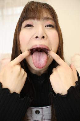 【ベロ観察・ベロ唾液フェチズム 喜多方涼】 元気いっぱいのエロエロ娘の喜多方涼ちゃんの長くていやらしいベロをじっくり観察しちゃいます!明るい性格とは裏腹にヌメ~っとしたいやらしい舌の持ち主の涼ちゃん!エロベロを様々な角度で観察した後は、濃くてヌチュヌチュの唾液をコップに採取していきます!!唾液を使ったディルド手コキでは元気娘だった涼ちゃんがエッチな小悪魔お姉さんに変身!!涼ちゃんのエロい長ベロと濃くていやらしい唾液でたくさんシコシコしちゃってください!!! 【フェティッシュ龍神監督作品】