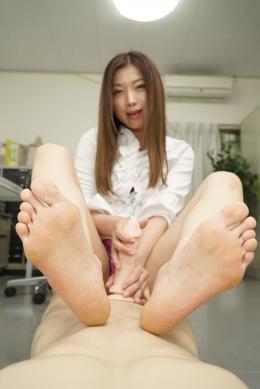 フェチ:レズ:美脚・足裏見せ付け淫語手コキ 加藤ツバキ