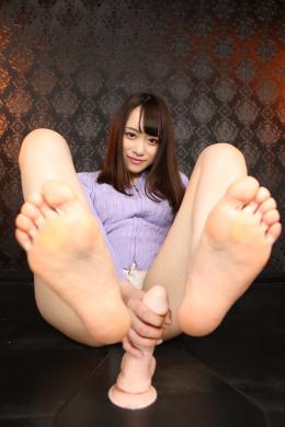 フェチ:レズ:美脚・足裏見せ付け淫語手コキ 桐山結羽