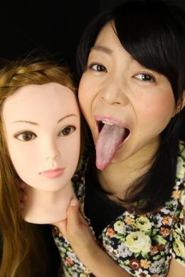 フェチ:レズ:マネキン女バーチャルレズ顔面舐め唾吐き掛け淫語⑧ 宇多田あみ