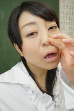 【鼻観察・くしゃみ鼻水 宇多田あみ】 宇多田あみの鼻水観察。こよりを突っ込むと気持ちがいいのかだらしないアヘ顔を見せてくれるあみ。くしゃみで鼻水を誘発させ鼻水をひりだすあみ。つーっと鼻水が垂れてきたが、まだまだこよりでくしゃみを出し続ける。出てきた鼻水を手ですくわせ画面に擦り付けさせる。エロス漂うフェロモン姉さんの鼻水ご堪能あれ!! 【mad dog監督作品】