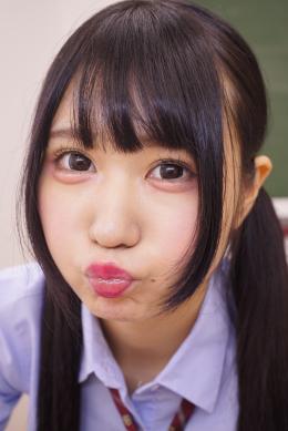 【最強たこちゅうJK NIMO】 女子校生NIMOのたこちゅうを堪能しまくりの超フェチ映像。ピンクのルージュをテカらせ主観で誘ってくる。口を尖らせたこちゅうを正面、横でじっくりと鑑賞するとおちんちん登場。「おちんちんにたこちゅう」とキラーフレーズで一度吸い付いたら離してくれない魅惑の唇。たこちゅう映像の歴史に名を残す名作、ご堪能ください!! 【mad dog監督作品】