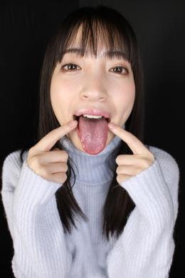 【ベロ観察・ベロ唾液フェチズム 冬愛ことね】 冬愛ことねちゃんの可愛くてエッチな長舌をたっぷり観察しちゃいます!!霜降りたっぷりの高級タンの様な綺麗でいやらしい長舌のことねちゃん!メチャクチャ柔らかそうで、味も甘酸っぱくて濃厚であろう妄想が出来るエロ舌!しかも奥の方にはしっかり白い舌苔があるのもエロポイント!唾液も癖になる濃い~糸引くエロエロ唾液!!こんな最高のエロ舌とエロ唾液を使って、見つめながらの小悪魔淫語を言われたら暴発しちゃいます!ことねちゃんのベロの匂いを嗅ぎながら、濃い唾液ローションでシコシコ手コキされてる妄想でことねちゃんのベロマンコにたっぷり射精しちゃってください!!!【フェティッシュ龍神監督作品】