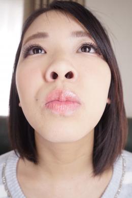 【鼻観察・くしゃみ鼻水 永野楓果】 何かが臭うとクンクンと臭ってみると自身の鼻が臭いと判明した楓果ちゃん。鼻が臭うということは副鼻腔炎いわゆる蓄膿症なのだろうか?気になって仕方がない楓果ちゃんはスッキリしたいのかグリグリと鼻を穿り、こよりでクシャミを連発させて、見事な鼻提灯を披露してくれます。最後にバンティーで鼻水を拭い取るという暴挙に出る!!