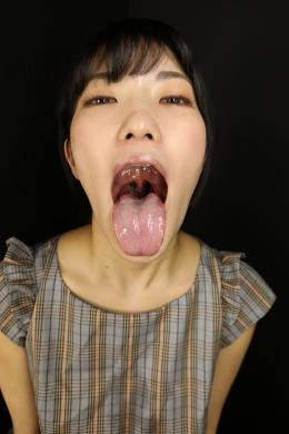 【ベロ観察・ベロ唾液フェチズム 東条蒼】 東条蒼ちゃんの唾液ひたひたのヤラしいベロをたっぷり観察しちゃいます!清涼感ある美顔の蒼ちゃんですが、ギャップのある大開口からの喉ちんこまでガッツリ見える全開ベロ突き出しを見せてくれます!!長さはないですが、質感、舌苔の付き方ともにメチャクチャいやらしいベロしてます!唾液も量は多くないのですが、超ネットリネトネトの質感で絡み付く感じがヤラし過ぎます!!現場では蒼ちゃんの唾液臭が漂っていて甘酸っぱい超ヤラしい匂いがしてました!そんな蒼ちゃんに濃厚な唾液と匂いを堪能させてもらいながら、たっぷり手コキで抜かれちゃって下さい!!魔性の蒼ベロマンコが全て受け止めてくれます!!!【フェティッシュ龍神監督作品】
