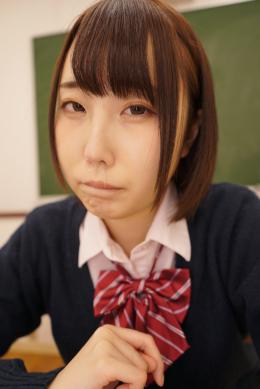 【鼻観察・くしゃみ鼻水 黒崎さく】 教室でこちらを見つめる女子校生がいる。彼女の名はさく。さくちゃんの鼻を観察。横からの鼻、鼻毛鑑賞。そしてこよりを使って鼻水を呼び起こす。くしゃみこそ出なかったが、こよりで刺激された事により鼻水がゆっくりと垂れてくる。鼻をチーンとやると固形の鼻くそが顔を出す。鼻水を呼び起こすまでの無防備なあへっとした顔が見どころです!! 【mad dog監督作品】