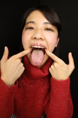 【ベロ観察・ベロ唾液フェチズム 永野楓果】 永野楓果ちゃんの淫臭漂うエロベロをたっぷり観察しちゃいました!フェチオナ常連の楓果ちゃんのベロ技のエロさはご存知の通りですが、しっかりベロを観察するのは初!長さはそんなにないものの、口開けとベロの突き出しの良さでカバーして、エロいベロをこれでもかと見せ付けてくれる楓果ちゃん!!ベロの奥には丁度良い量の白い舌苔が付いており、酸っぱくてエッチな匂いがすることが容易に想像出来ます!その舌苔もたっぷりこそぎ取って、コップにメチャクチャ匂いそうな濁ったベロ汁が!そんな濃厚唾液を掛けられてのヌチュヌチュクサクサの唾液ローション手コキで暴発寸前!!最後は可愛過ぎる楓果ちゃんのベロにたっぷり濃いのを出してあげてくださいね!!!【フェティッシュ龍神監督作品】