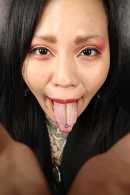 【バーチャルベロキス 桜雅凛】 タトゥー美女の桜雅凛ちゃんと濃厚なバーチャルベロキス体験!!ゾクゾクするようなSっぽいオーラを出している凛ちゃんから出てくるベロは、濃厚でエッチな匂いがしそうな舌苔フェティッシュベロに大きめの舌ピがガッツリ付いてます!たっぷりと濃い唾液臭がするベロを見せ付けられビンビンにさせていると、とうとう凛ちゃんのフェチ舌ピベロの濃厚なベロキス開始!濃い唾液を絡ませながら、口と鼻、顔面を舐め回され、凛ちゃんのエッチな唾液臭に包まれもう暴発寸前!!最後は、凛ちゃんの濃厚なベロを堪能しながらシコシコしてたくさん射精しちゃってくださいね!!! 【フェティッシュ龍神監督作品】