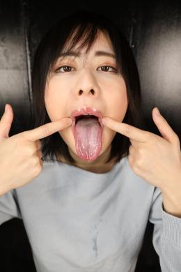 【ベロ観察・ベロ唾液フェチズム 牧村柚希】 業界最大の唾液分泌量を誇る牧村柚希ちゃんのエロ過ぎる淫舌を徹底的に観察しました!前回の舌・口内自撮りでもお分かりの通り、エロ過ぎるヌケるベロとドロッドロの淫汁唾液を垂れ流しまくる柚希ちゃんのベロと唾液!もはや観察だけで暴発者多数でしょう!!泡立つ濃厚過ぎる唾液を常に纏ったベロに吸い付いて、鼻から唾液ジュルジュル吸いたい欲望に駆られながら、柚希ちゃんのエロ舌と愛液みたいな唾液を見て堪能させてもらいます!唾液溜めでは、止めどなく滴り落ちるエロ汁と酸っぱそうな白い舌苔舌をブラシでゴシゴシして、更にエロ臭過ぎるベロ汁溜めを見せてくれます!そして、その唾液をたっぷり使った勃起ディルドぬちゅぬちゅ手コキ!!柚希ちゃんの唾液オマ●コ手コキホールに挿入ピストンでバキバキに勃起させられ、最後は柚希エロ臭ベロ汁ま●こにたっぷり濃厚精子をどぴゅどぴゅしちゃってください!!唾液マニアと激臭マニアには堪らない超お勧め動画です!ヌキ過ぎ注意です!!! 【フェティッシュ龍神監督作品】
