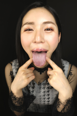【ベロ観察・ベロ唾液フェチズム 塩見彩】 塩見彩ちゃんの大判で厚みのあるヤラし過ぎる淫舌をたっぷり観察します!顔がおま○こに見えちゃうぐらいスケベ顔の彩ちゃんはオクチも分厚いタラコ唇に大きく開く口内と喉が完全おま○こ状態で、ベロは長く広く大判で厚みある性器のようなエロ舌!!舌苔も良い感じに乗っていて、酸っぱい淫臭が漂ってきます!そんなエロ舌からはたっぷりの唾液が垂れ流し状態!!しかも白く濁っていて、唾液の粘度もかなり高く、擦り付けられたらローションみたいな感触&エロクサな唾液臭がするに違いありません!!見てるだけでも暴発しちゃいそうな彩ベロをガッツリ凝視しながら、マン汁みたいなエロ臭い唾液でガッツリホールドされる手コキでシコシコしてくれる彩ちゃん!!精子が上がってくるのを我慢出来なくなること間違いない彩ベロ唾液のフルコースにどこまで堪えられるか?!たっぷり我慢したあとは彩ちゃんのエロクサ唾液の匂いを嗅がされながら、おま○こ唾液でシコシコされて思いっきり彩ま○こ舌に暴発ぶっかけしちゃってください!!! 【フェティッシュ龍神監督作品】
