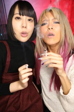 フェチ:レズ:ヤンキーギャルがタバコを吸いながらバーチャルヤニ臭・口臭・ベロ臭・唾液臭・唾吐き激臭責め RISA 七海ゆあ