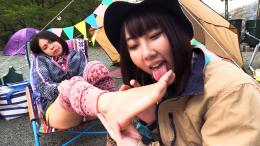 フェチ:レズ:キャンプ女子の蒸れ蒸れの臭う足を舐め合うレズ