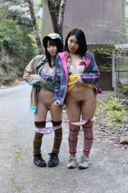 【キャンプ女子の野外露出】 廃墟でカメラを持った女の子2人が探索しながら自撮り露出を始める。ノリノリのテンションでパンツを下ろしオマ◯コやお尻を丸出しで盛り上がる女子たち。道の真ん中でパンツ丸出し姿を人に見られて逃げる2人。 キャンプテントを設営する女子たちの太もも、パンチラを覗き見。撮られてると知らず隙だらけな股間部分。 【PINK MONKEY監督作品】
