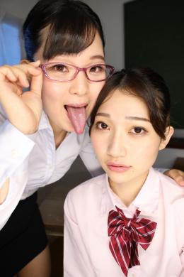 【顔面舐めレズ 橋野愛琉 星咲セイラ】 女教師の愛琉は女生徒のセイラを教室に呼び出した。愛琉はセイラにキスをし、セイラの唾液を自分の口に入れるよう要求する。何度も唾液交換を重ね、愛琉の口の中でねばっこい白濁の塊になった唾液をセイラの顔に発射。どろっとした白濁唾液が垂れる顔に連続で唾を吐き掛ける愛琉。くねり動く舌でセイラの顔面を舐めまわしセイラはなす術もなく堕ちていく。 【mad dog監督作品】