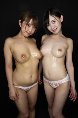 【主観巨乳見せ付けレズ 優木なお ののか】 夢の中に突然現れた2人の巨乳ギャル。むっちりGカップバストのエロ女とスレンダー巨乳スタイル抜群の美女。見せつけるように互いのへそに指突っ込んだりベロでへそ穴をほじくったりして挑発してくる。エロボディからこぼれるバスト。もう一人の女は揉みごたえのありそうな乳を揉み、乳首を引っ張り笑みを浮かべる。感じるエロ女。攻守交替で乳首弄り舐めで挑発した後はオイルを乳房に塗り込みWパイズリ責め。一生覚めないで欲しい夢を見れて大満足なのであった…。【乳首舐めレズ】 【mad dog監督作品】