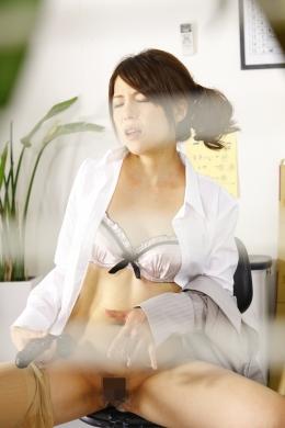 【美女のオナニー覗き撮り】 西○宿にある大会社に勤める美女。みんな昼飯でいない間、社長に覗かれながらヒワイなオナニーをする、指やディルドで・・・■SD&ハイビジョン高画質(HDV-720P)