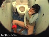 フェチ:レズ:盗撮 トイレで声を押し殺してオナニー