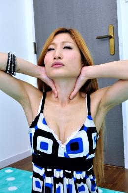 【セルフ首締め映像 のど仏がソソる!】 鎖骨美人の愛子ちゃんのセルフ首絞め映像。顔を紅潮させながら、あえぐ愛子ちゃんののど仏はなかなか興奮します。■SD&ハイビジョン高画質(HDV-720P)