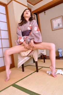 【浴衣美女の足ピーンオナニー】 こんなシュールな格好で・・・イク瞬間に足をピーンとする美女