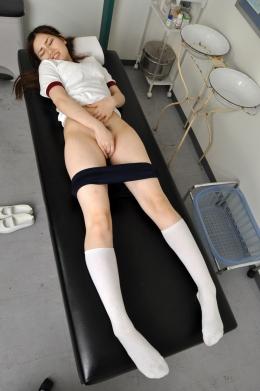 【ブルマで足ピーンオナニー】 保健室でオナニーをする女。白く透きとおった肌が印象的の女の子が脚をピーンと伸ばしながらいく!!