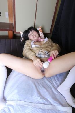 【子宮口オナニー】 生理前といえど、マンカスが膣壁にビッチリこびりつきまくり。オマンコ洗うと、ガラスボールに白いカスがたくさん。「魚の匂いがする・・・」  小司あん