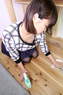 【ゆるカポブラ胸チラ】 床掃除をする女の子。ゆるゆるブラの中にはちっぱいが見え隠れ!  生駒はるな