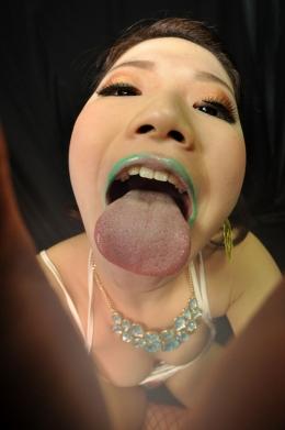 【ベロアクリル板舐め】 エメラルドグリーンの唇美女がハードなアクリル版舐めをする。唾吐きもベロ舐めも大迫力でせまってくる。   千星はるか