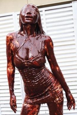 【チョコメッシーダンス 野外】 巨乳の美女野外で白いボディコンをまとい踊る 体にチョコが飛び散り体中に塗りたくる 頭からもチョコを被り全身チョコまみれに。  松すみれ