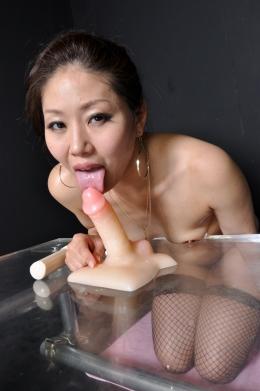 【ディルドフェラ】 超ベロ長熟女がチンポデイルドをねっとり舐め上げる  篠崎なほ(40)