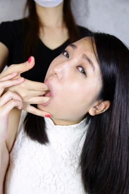【女の指フェラ】 フェチ通りの他人の指フェラ・・・エロ可愛い佳奈ちゃんが他人の指をしゃぶっていき。  涼南佳奈