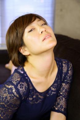 【真美の首観察】 真美の首観察!まず色々な角度で首を撮る、首のラインが一番見える角度で撮影していく!  山田真美