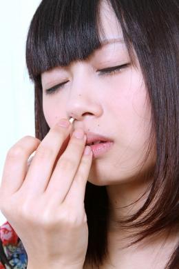 【鼻観察 】 お人形さんのようなあすかちゃんの鼻を鑑賞。こよりでくしゃみ。ほんのりしたたる鼻水!  浅倉あすか