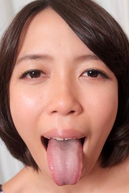 【ベロガラス舐め】 なが~くくねるエロ舌の由紀恵ちゃんがべろちゅう~をしてくれる最高の主観キッス。大きな扁桃腺、いびつな形ののどちんこも丸見えで興奮度もMAX!!唾液まみれに舐めまわしてくれます!!  沢本由紀恵