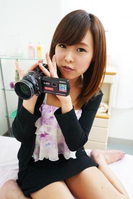【小田エリナちゃんの歯・口内自撮り】 小田エリナちゃんにカメラを持ってもらい、自撮りで歯と口内を撮影してもらいました!シャイなエリナちゃんはエッチな言葉を言う度に照れて恥ずかしがるのが凄く可愛いです。そしてエリナちゃん、可愛いルックスとは裏腹に一本の歯が大変なことになってます。。唾液感たっぷりの濃厚な舌はとても卑猥です。 【フェティッシュ龍神監督作品】