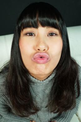 【バーチャルベロキス 篠岬ことみ】 怖がって嫌がることみちゃんに近付いて唾を吐き掛けられたり、キスをしちゃう主観ベロキス。困りながらもキスしてくれることみちゃんがとてもエロ可愛いです。