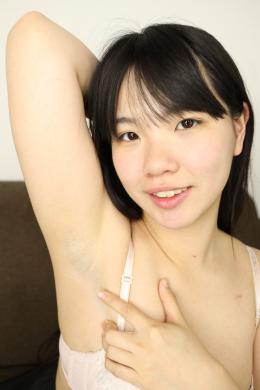 【素人娘かなこちゃんの腋観察・セルフ腋チェック腋舐め】 本物素人娘かなこちゃんの腋をじっくり観察しちゃいます!ムチッと体型のかなこちゃんの腋はボリュームのあるムチムチ腋!処理も甘めで腋毛の剃り残したっぷりのジョリ腋ちゃんです!!腋汗もかき易いらしく、かなり腋汗の蒸れた匂いがしておりました!自らの腋をペロペロ舐めて味や匂いの感想をいうかなこちゃん。最後は恥ずかしい両腋上げ体勢のかなこちゃんの腋にたっぷり白いのぶっかけちゃいます!!! 【フェティッシュ龍神監督作品】