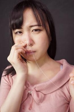 【鼻観察 鼻フェチに捧げる鼻動画 ゆずりはえな】 くしゃみをして鼻穴から粘度の高い鼻水をつ~と垂らして来るマニアックな映像。濡れやすさは鼻水の質に比例する。粘度の高い鼻水を出してくれるえなちゃん。プライベートではドマゾらしく、彼女のマン汁はさぞ糸を引くほどの粘度なのを想像させてくれる。こよりほじりアヘ顔はドスケベの一言につきます。 【mad dog監督作品】