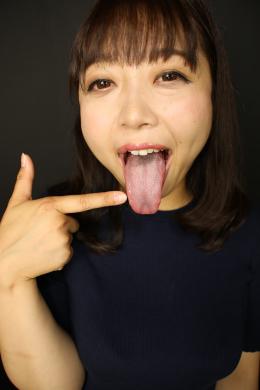 【ベロ観察・ベロ唾液フェチズム 浅美結花】 浅美結花ちゃんの長くてドスケベな蛇舌をた~っぷり観察しちゃいます!この日、喉を痛めていて声がまともに出せない結花ちゃんですが、それを補って余りある超エロい蛇舌の持ち主なんです!濃い唾液で常にヌレヌレで口を開けると卑猥に糸引きます!濃いヌルヌル唾液もたくさん溜めて、その唾液を使った唾液ディルド手コキは超気持ちよさそうです!!唾液がディルドに絡みついてヌチュヌチュいってます!最後は結花ちゃんの卑猥なベロマンコにたっぷりぶっかけてあげてください!!! 【フェティッシュ龍神監督作品】