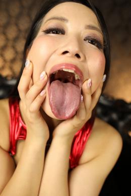 【主観大開口で及川貴和子女王様のお口の匂いを堪能させて頂く】 匂い責めならお手の物とばかりに貴和子女王様が大開口で貴方の鼻を目掛けてたっぷり濃厚に口臭を吐き掛けてくれちゃいます!のどちんこがハッキリ見えるぐらいの大開口、糸引く濃厚な唾液、唾液でヒタヒタな肉厚ベロ!!思いっきり息を吐いてくれる貴和子様のお口の匂いが撮影中にも感じられます!とても甘酸っぱいいやらし~~い香りですよ!たっぷり想像してシコシコしちゃってください!!! 【フェティッシュ龍神監督作品】