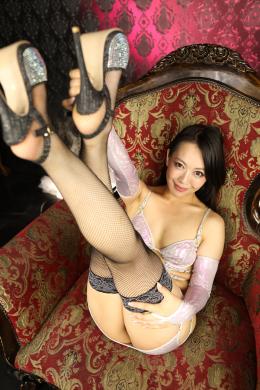 【及川貴和子女王様の美脚・足裏激臭堪能コース】 貴和子女王様の白くて美しい美脚をたっぷり鑑賞しながら堪能します!貴和子様に見下されながらエッチな美脚を舐め回すように接写で追い掛けてます!!エッチな良い匂いがしそうな貴和子様の足裏と股間まわりの太腿!匂いをたっぷり想像しながら最後は貴和子様の脚テクで抜かれちゃいます!!! 【フェティッシュ龍神監督作品】