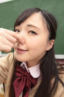 【主観匂い嗅がれフェチズム~「お願い、匂い嗅がせて!オナニーさせて!!」 宮沢ゆかり】 ゆかりは大の匂いフェチ。同級生に匂い嗅がせてと黒板に書いて可愛い告白。許しを得ると鼻を全身に擦り付けて匂いを嗅ぎまくる。興奮を抑えられないゆかりはパンツ越しに自らあそこをごしごしし始める。匂いを嗅ぎながらアクメを迎え、幸せそうなゆかりを見て僕も幸せになりました。 【mad dog監督作品】