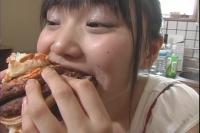 フェチ:レズ:大口開けて食べる女